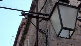 4K Réverbère ou lampe accrochant sur la façade d'un bâtiment dans Dubrovnik banque de vidéos