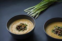 K?rbissahnesuppe mit Kr?utern und N?ssen, diente in einer dunklen Sch?ssel Richtiges und gesundes Lebensmittel Vegetarischer Tell stockbilder