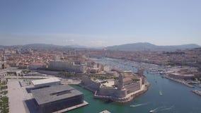 4K registreer ungraded Satellietbeeld van de pijler van Marseille - Vieux-Haven, het kasteel van Heilige Jean, en museum in zuide stock video