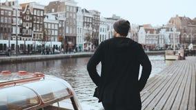 4K regte zufälligen männlichen Reisenden auf neuer Reise auf Herum schauen Wanderlustlebensstil Gefühle und Gefühle Rückseitige A stock video
