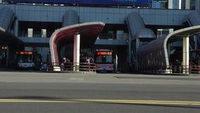 4K, Reihe, zum des Busses der Straße in der Stadt zu nehmen Chinesisches Volk, das im Bushalt steht stock video