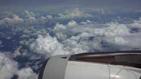 4K reizend door de lucht Het turbinevliegtuig haalt tijdens de vlucht met mooie hemelwolken over stock videobeelden