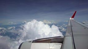 4K reizend door de lucht Turbine en vliegtuig de vleugel haalt tijdens de vlucht met schoonheidshemel over stock videobeelden