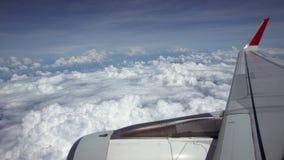 4K reizend door de lucht Turbine en vliegtuig de vleugel haalt tijdens de vlucht met schoonheidshemel over stock footage