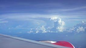 4K reizend door de lucht Turbine en vliegtuig de vleugel haalt tijdens de vlucht met schoonheidshemel over stock video