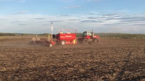 4K resolutie De landbouwer op de tractor ploegt en bevrucht het gebied Landelijk landschap stock video