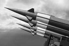 K?rn- missiler med stridsdelen som siktas p? dyster himmel fotografering för bildbyråer