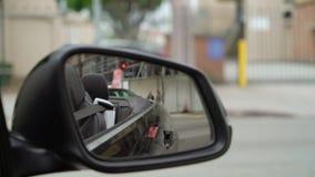 K?rning av bilen i en stad lager videofilmer