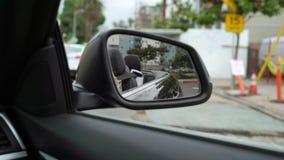 K?rning av bilen i en stad arkivfilmer