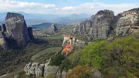 4K Rocas de Meteora, Grecia Vista panorámica al valle de Thessaly con los monasterios en el acantilado almacen de video