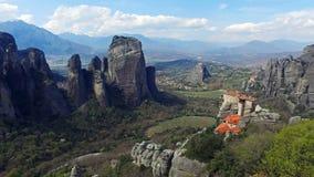 4K Rocas de Meteora, Grecia Vista panorámica al valle de Thessaly con los monasterios en el acantilado metrajes