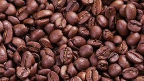 4k ruwe dichte omhooggaande lengte van roterende geroosterde koffiebonen stock footage