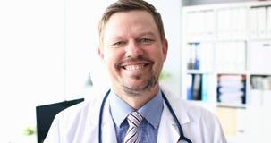 4k samiec wideo uśmiechnięta lekarka przeciw szpitalowi