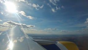 4K samolotu Powietrzny Samolotowy widok, Ląduje samolot w Lotniskowym Latającym samolotu cieniu na pasie startowym, lot w chmurac zbiory