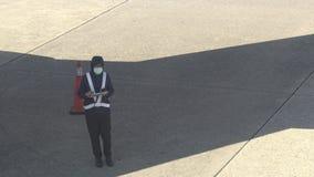 4K samolotu utrzymania Azjatycki mechanik sprawdza płaskiego kadłub w lotnisku zdjęcie wideo