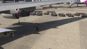 4K samolotu utrzymania Azjatycki mechanik sprawdza płaskiego kadłub w lotnisku zbiory wideo
