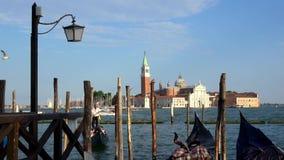 4K San Giorgio Maggiore visto de San Marco, Veneza Gôndola e barcos no mar vídeos de arquivo