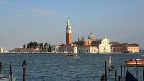 4K San Giorgio Maggiore visto de San Marco, Veneza Gôndola e barcos no mar video estoque