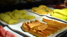 4K, sandía, calabaza, plátano y otros frutas para el postre en un buffet almacen de video