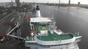 4k satellietbeeld de voorzijde van het cruiseschip, open dek stock videobeelden