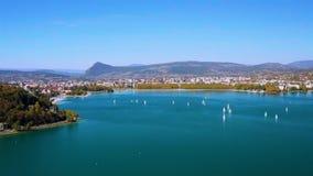 4K satellietbeeld van Annecy de ebniveau van de meerwaterkant toe te schrijven aan de droogte - Frankrijk stock footage