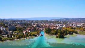 4K satellietbeeld van Annecy de ebniveau van de meerwaterkant toe te schrijven aan de droogte - Frankrijk stock videobeelden