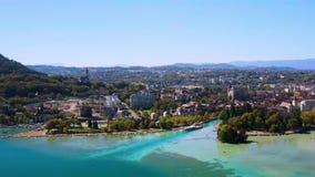 4K satellietbeeld van Annecy de ebniveau van de meerwaterkant toe te schrijven aan de droogte - Frankrijk stock video