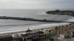 4K satellietbeeld van de Santa Cruz-pijlerachtbaan Californië de V.S. Langste houten pijler in de V.S. stock footage