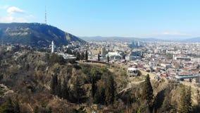 4k satellietbeeld van kabelbaan op heuvel van Tbilisi dichtbij het monument van Moeder Georgië stock footage