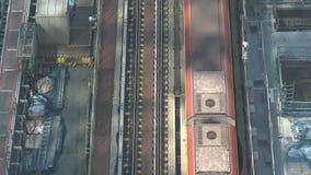 4K satellietbeeld van Treinreizen over spoorweg Tokyo Trein het vertrekken post stock video