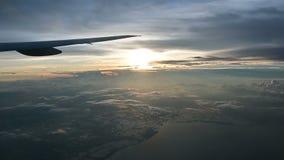 4K satellietbeeld van zonsopgang door lijnvliegtuigvenster stock videobeelden