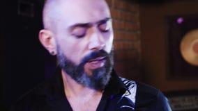 4k satte en klocka på gitarristen med skägget, mustaschen som spelar gitarren och allsånger along Slut som skjutas upp stock video