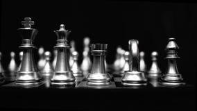 4K Schachbrett- und Schachfigurtransportwagenvideoschieber mit Schwarzweiss-Farbe Schachspiel-Gesamtlängenhintergrund stock footage