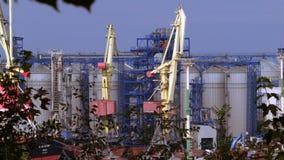 4K schließen oben geschossen von der Spitze des Frachthafens mit Lastaufnahmemitteln stock video footage