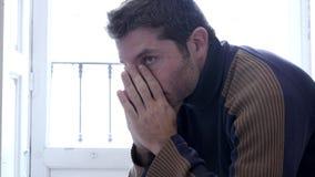 4k 24 schoot de fpsvideo de jonge mens die gedeprimeerd en droevig kijken stock video