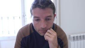 4k 24 schoot de fpsvideo dicht op de jonge mens die thuis gedeprimeerd kijken stock footage