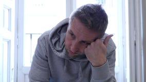4k 24 schoot de fpsvideo dicht op de jonge mens die thuis gedeprimeerd kijken stock videobeelden
