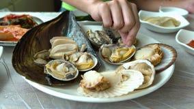 4K schotel van Vers Tweekleppige schelpdieren Zuidkoreaans Restaurant in Jagalchi-Vissenmarkt Busan stock video