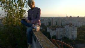 4k - Schreibensanmerkungen des jungen Mannes bei Sonnenuntergang stock video footage