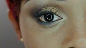 4K se cierran encima de imagen del ojo de la mujer negra contra gris metrajes