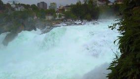 4K se cierran encima del tiro video del agua Cascada de Rheinfall en Rhin el río Rhine en Suiza Es la cascada más grande almacen de video