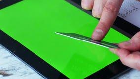 4k se cierran para arriba del hombre shoping en línea con la pantalla del verde de la tableta metrajes