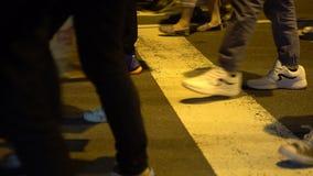 4K se cierran para arriba en cruce que camina de la gente de las muchedumbres en la ciudad apretada de Taipei de la calle metrajes