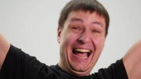 4K si chiudono su di un uomo emozionale sorpreso che esamina la macchina fotografica stock footage