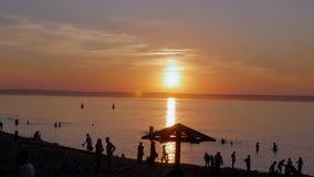 4K Silhouetten van mensen tegen een mooie zonsondergang Mooie Kleuren stock footage