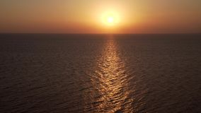 4K Silhueta do homem de negócio Cowering Mosca sobre a superfície da água do oceano Opinião do mar no dia de verão agradável video estoque