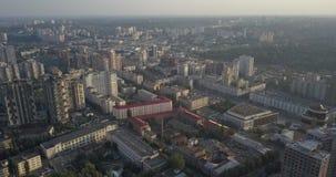 4K Silueta del hombre de negocios Cowering Fachada de la construcción moderna en el centro del distrito Kiev de Pecherski 4k 4096 metrajes