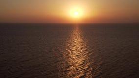 4K Silueta del hombre de negocios Cowering Mosca sobre superficie del agua del océano Opinión del mar sobre el día de verano agra
