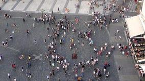 4K Siluetta dell'uomo Cowering di affari Una via in pieno della gente Turisti in Citt? Vecchia di Praga video d archivio