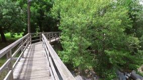 4K Skofja Loka - en av de äldsta städerna i Slovenien, lokaliserat på floderna Panoramautsikt med floden och den Hudiceva bron lager videofilmer
